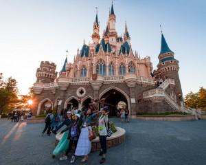 cinderella-castle-rear-tokyo-disneyland-guests-posing-640x514